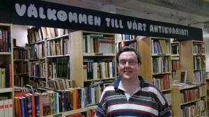 Patrik Hammarstrand bland sina vänner böckerna!