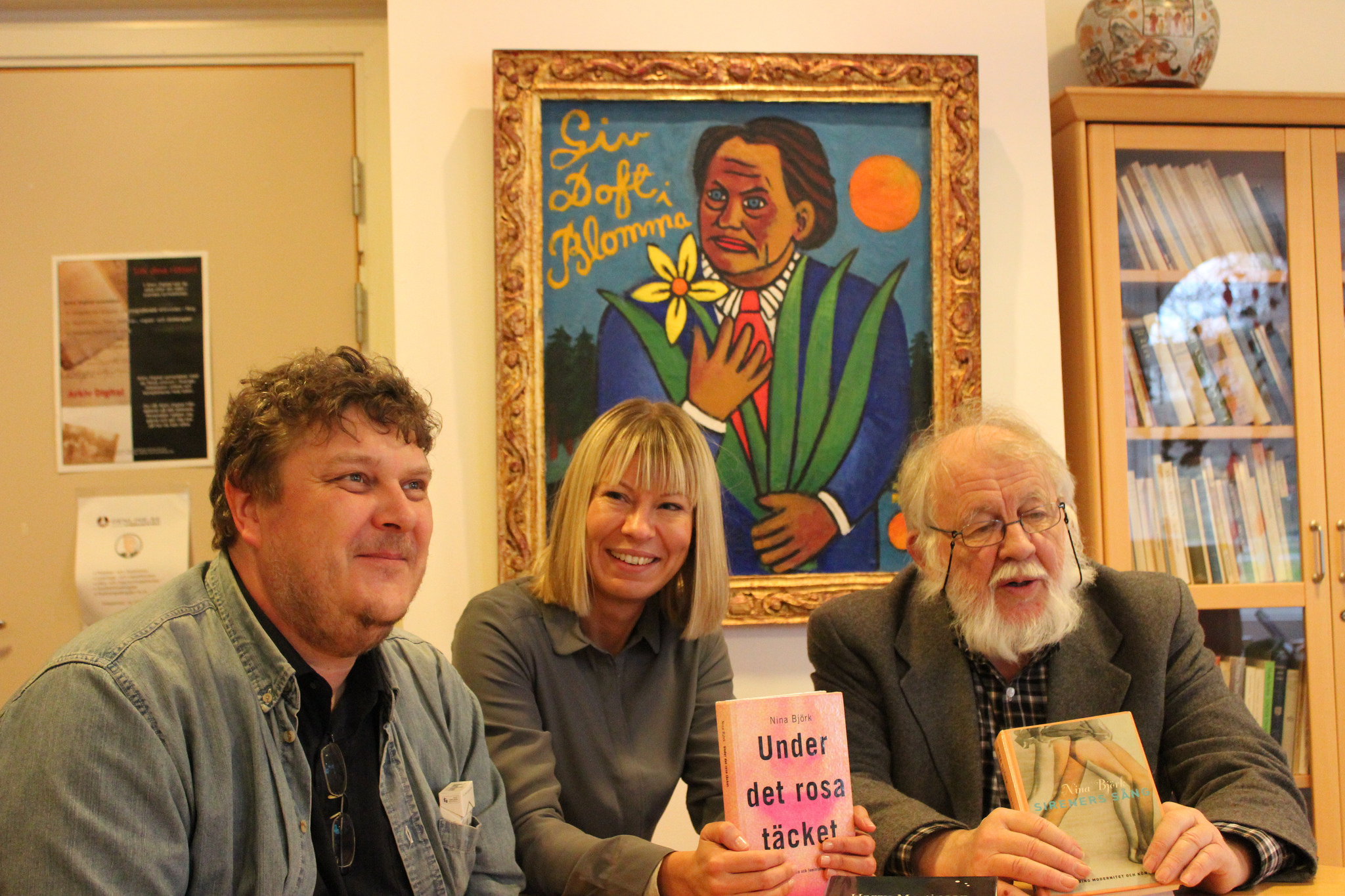 Tre fjärdedelar av juryn som utsåg Nina Björk till årets Harry Martinson-pristagare. Patrik Sjöstedt, Sara Rudolfsson och Johnny Karlsson i Harry Martinson-rummet på Olofströms bibliotek.