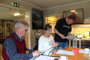Från fredagens styrelsemöte i Författarmuseet, Jämshög. Åke Widenfeldt, Paulina Helgeson och Bengt Bejmar. Foto: Ingemar Lönnbom.