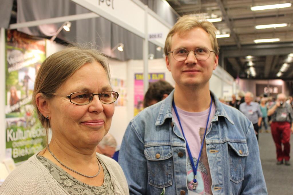 Annika Rydberg och Jonas Gren i Harry Martinson-sällskapets monter.