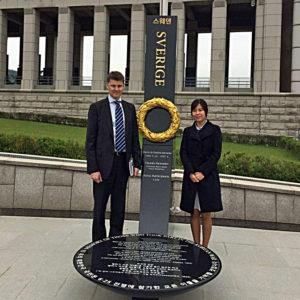 Försvarsattaché Johan Larsson tillsammans med Sungyoo Ahn, assistent inom politik- och försvarsområdet.