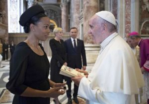 Fotografen fångade det exakta ögonblicket när Aniara överlämnades till påven!